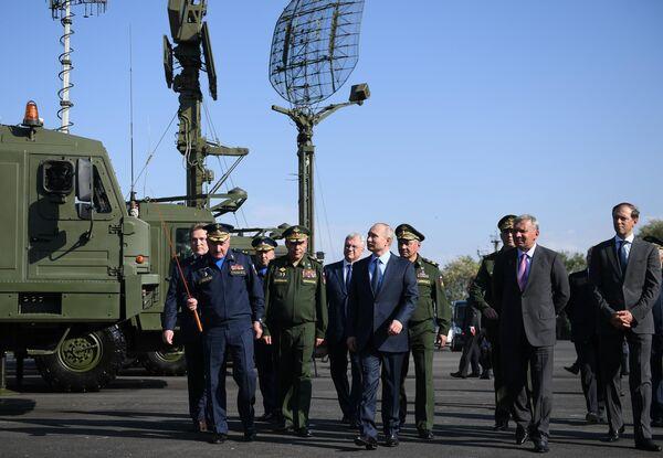 Президент РФ Владимир Путин во время посещения 929-го Государственного летно-испытательного центра Министерства обороны РФ имени В. П. Чкалова