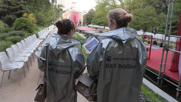 Перед началом спектакля Пионовая беседка, который проходит в рамках Международного театрального фестиваля имени А.П.Чехова в Москве, в Аптекарском огороде