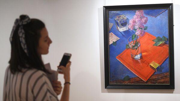 Посетительница у картины Кузьмы Петрова-Водкина Натюрморт с сиренью