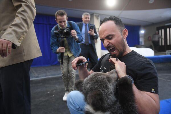 Фотограф Тайсир Махди во время посещения Большого Московского цирка
