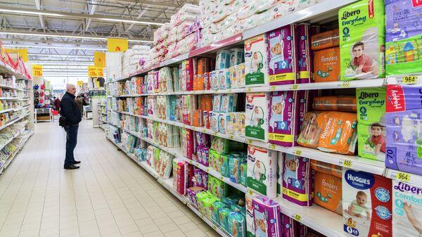 Отдел с подгузниками в супермаркете