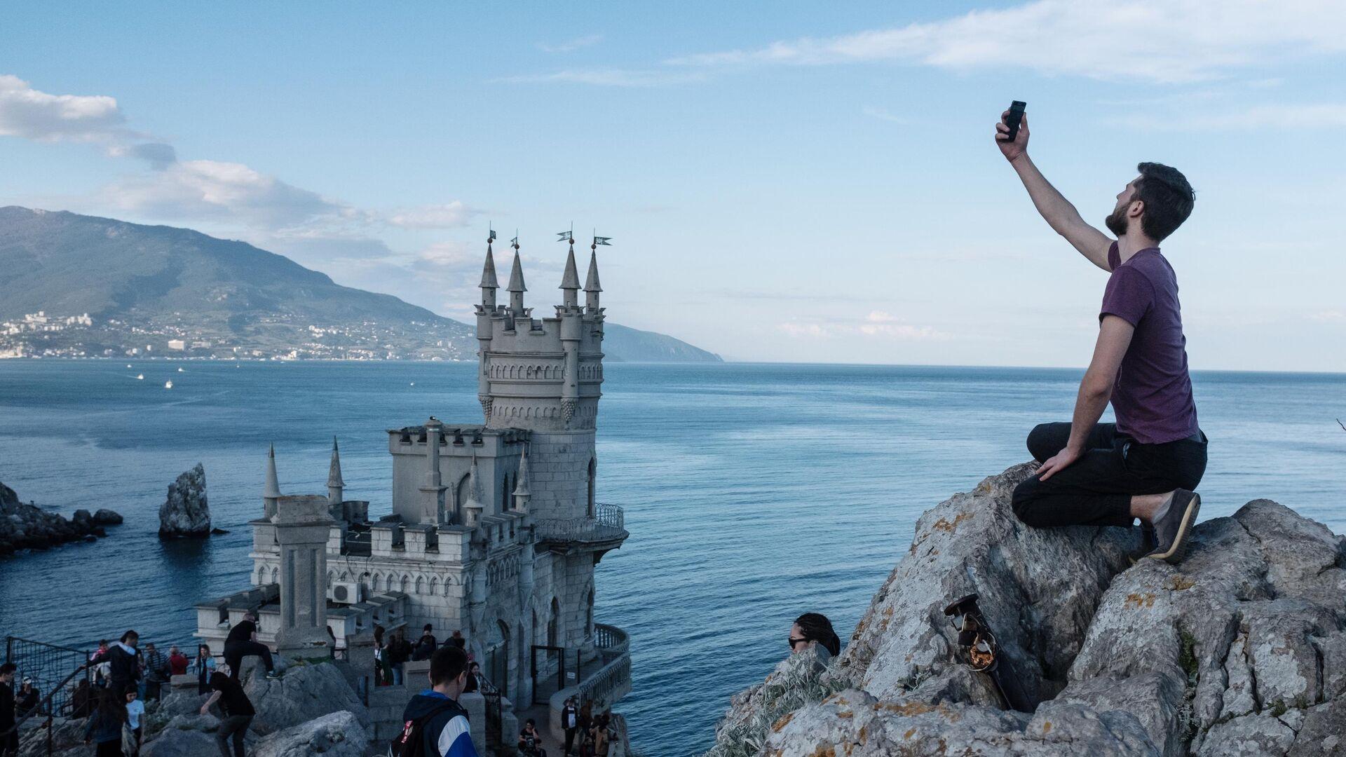 Береговая скала рядом с замком Ласточкино гнездо в поселке Гаспра в Крыму - РИА Новости, 1920, 05.09.2021