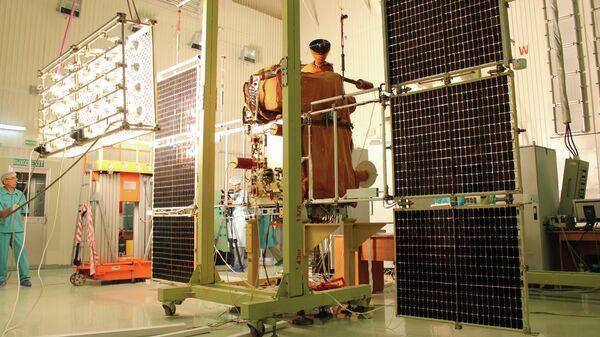Сотрудники космодрома Байконур проводят проверку солнечных батарей спутника Канопус-В