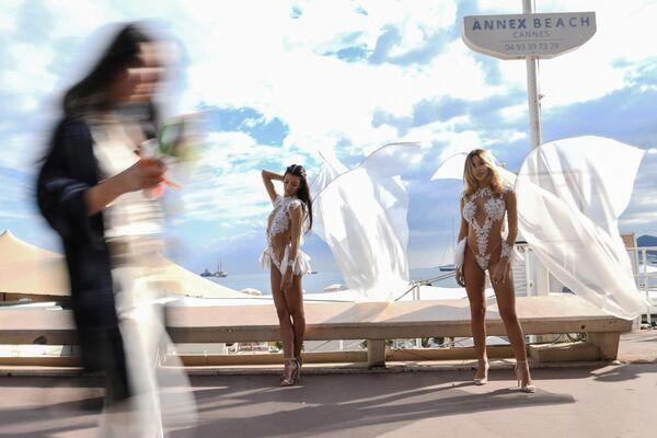 Показ пляжной коллекции на набережной Круазетт в Каннах, Франция