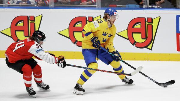 Шведский форвард Марио Кемпе в матче против команды Австрии