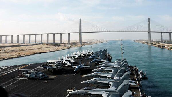 Авианосец класса Nimitz Abraham Lincoln ВМС США в Суэцком канале