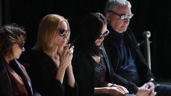 Дочери журналиста, главного редактора радиостанции Говорит Москва Сергея Доренко Ксения и Екатерина (по центру справа налево) на церемонии прощания с С. Доренко