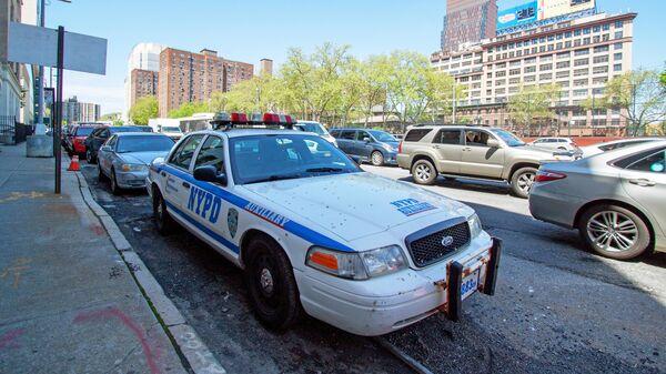 Машина полиции на одной из улиц Нью-Йорка