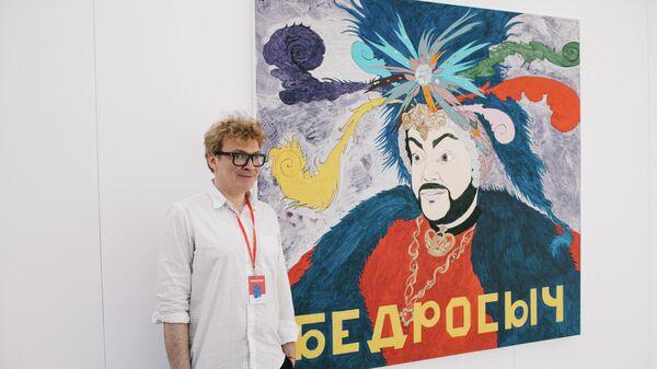 Павел Пепперштейн на фоне арт-объекта Бедросыч (Филипп Киркоров)