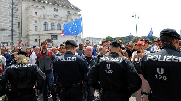 Сотрудники полиции и протестующие возле ведомства федерального канцлера Австрии в Вене. 18 мая 2019