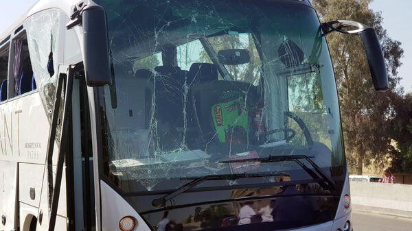 Поврежденный автобус на месте взрыва возле нового музея недалеко от пирамид Гизы в Каире. 19 мая 2019