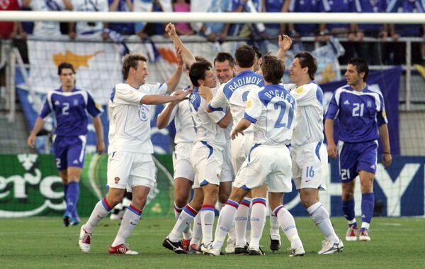 Футболисты сборной России радуются голу в ворота команды Греции на Евро-2004