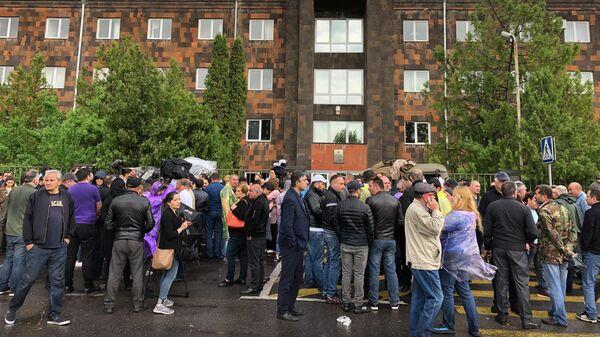 Люди перед зданием суда общей юрисдикции столичных административных районов Аван и Нор Норк в Ереване.  20 мая 2019