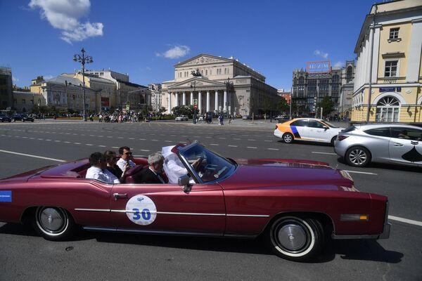 Участники в автомобиле Cadillac Eldorado 1978 года выпуска принимают участие в ралли классических ретро-автомобилей в Москве