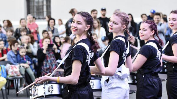 Участники барабанного шоу на фестивале Drumsfest Russia (Парад ударных инструментов) в рамках акции Ночь музеев во дворе Музея Москвы на Зубовском бульваре
