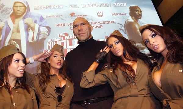 Боксер Николай Валуев во время промо-акции