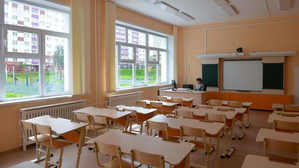 Учитель в классе школы