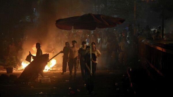 Столкновение протестующих с полицией, которые прошли после объявления результатов всеобщих выборов, в  Джакарте, Индонезия. 22 мая 2019
