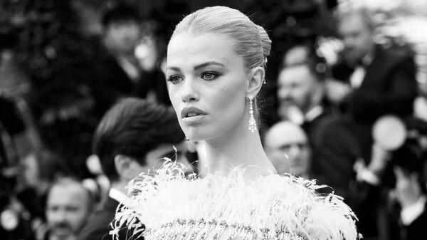 Американская модель Хейли Клосон на красной дорожке премьеры фильма Прекрасная эпоха в рамках 72-го Каннского международного кинофестиваля