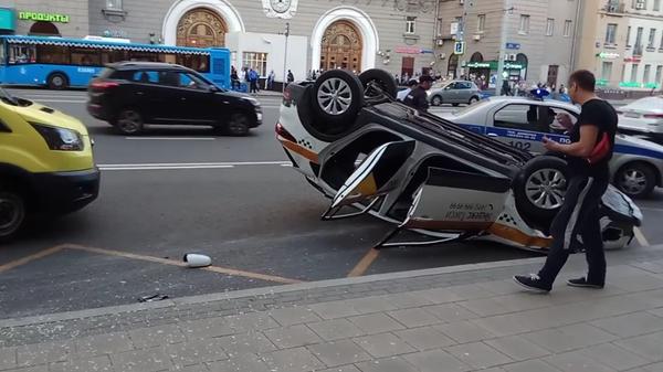 На месте ДТП с участием автомобиля такси на проспекте Мира в Москве. 22 мая 2019