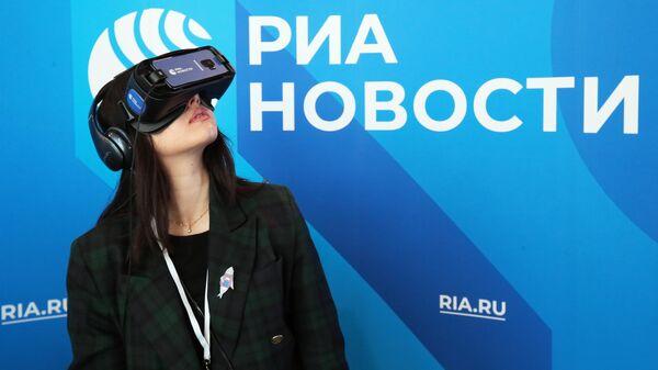 Девушка использует VR очки на стенде МИА Россия сегодня на Russian Tech Week - 2019 в технопарке Сколково