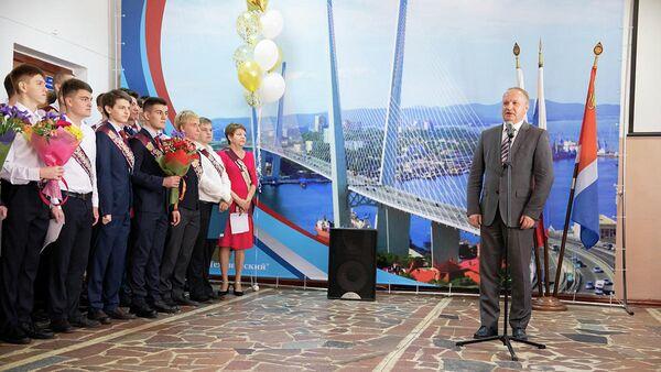 Глава Владивостока Олег Гуменюк во время выступления в Техническом лицее