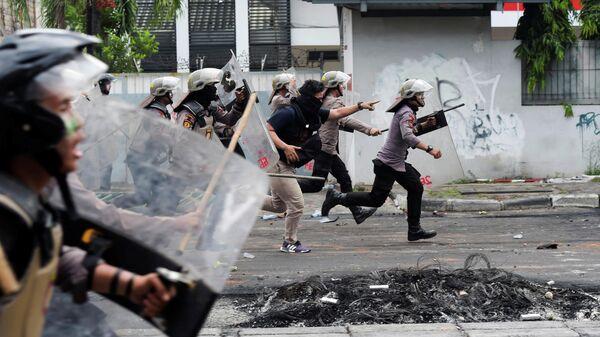 Полиция разгоняет демонстрантов в Танах Абанге в Джакарте, Индонезия