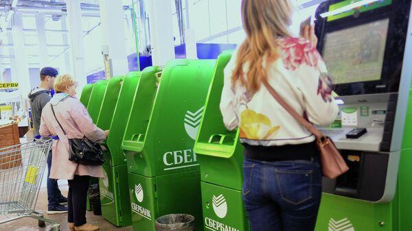 Банкоматы Сбербанка в супермаркете.
