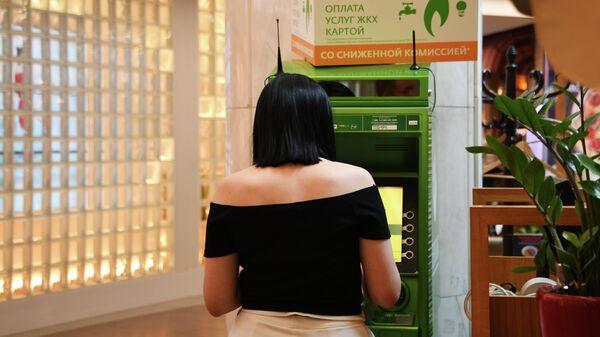 Девушка у банкомата Сбербанка