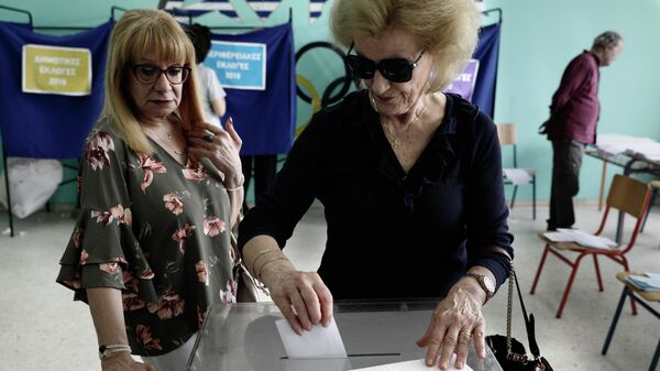 Избиратели во время голосования на выборах в Европейский парламент на одном их избирательных участков в Афинах. 26 мая 2019