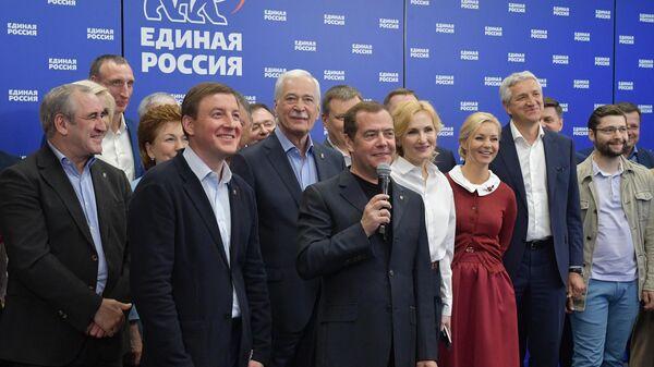 Премьер-министр Дмитрий Медведев проводит встречу в режиме видеоконференции
