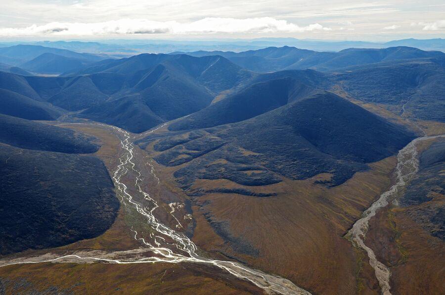 Вид с борта вертолета на горы в Чукотском автономном округе
