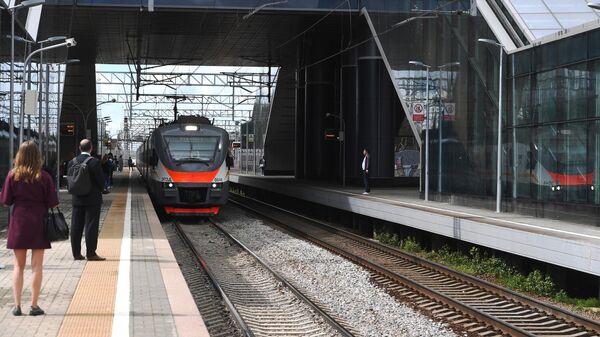 Электричка прибывает на Белорусский вокзал в Москве