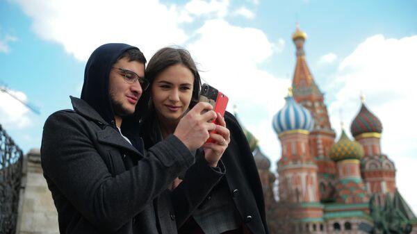 Молодые люди со смартфонами в Москве