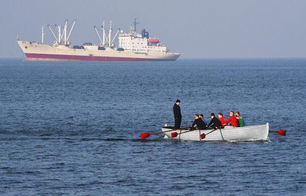 Занятия по гребле в акватории Амурского залива во Владивостоке