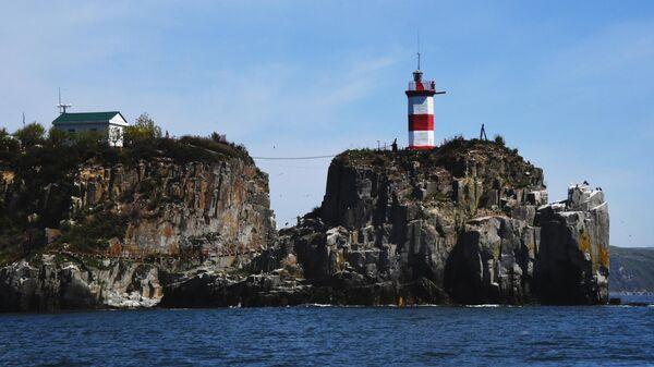 Маяк Басаргина на одноименном полуострове во Владивостоке