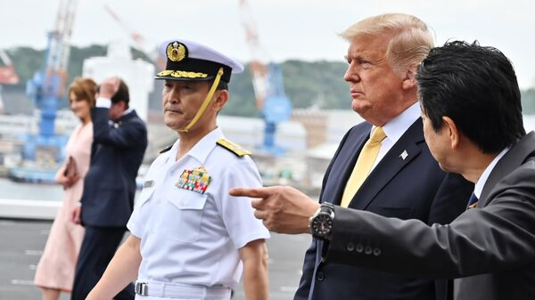 Президент США Дональд Трамп и премьер-министр Японии Синдзо Абэ на борту вертолетоносца Кага. 28 мая 2019