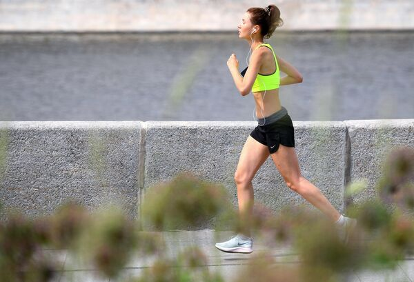 Девушка совершает пробежку на одной из улиц Москвы