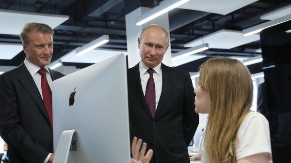 Президент РФ Владимир Путин во время посещения школы программирования Школа 21. 30 мая 2019