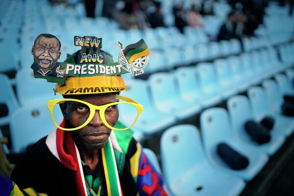 Сторонник партии Африканского национального конгресса на стадионе Лофтус Версфельд в Претории