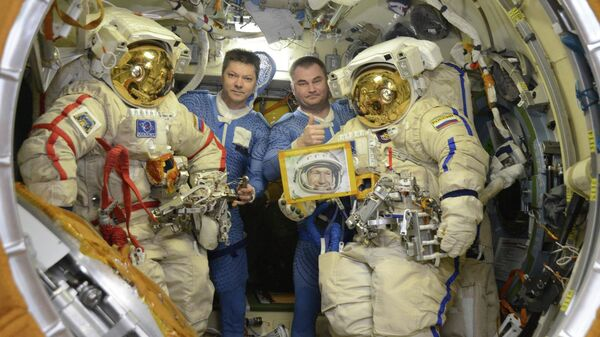 Космонавты Роскосмоса Олег Кононенко и Алексей Овчинин с портретом Алексея Леонова перед выходом в открытый космос