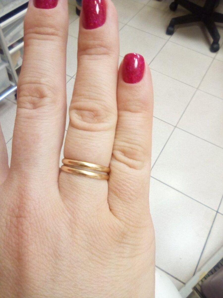 Виктория носит на безымянном пальце два кольца — свое и Олега. В колониях украшения запрещены