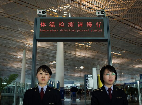 Сотрудники таможенной службы международного аэропорта Шоуду в Пекине