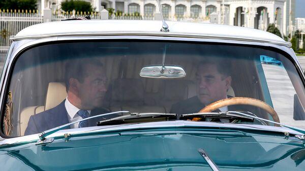 Председатель правительства РФ Дмитрий Медведев и президент Туркменистана Гурбангулы Бердымухамедов в Ашхабаде