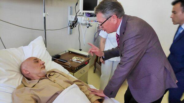 Посол РФ в Сербии Александр Чепурин и раненный в Косово сотрудник миссии ООН россиянин Михаил Краснощеков в больнице Белграда