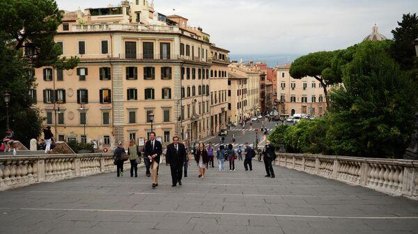 Туристы поднимаются по лестнице Кордоната на Капитолийскую площадь в Риме