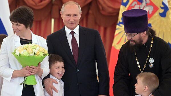 Президент РФ Владимир Путин во время вручения ордена Родительская слава семье Натальи и Павла Тайченачевых из Республики Алтай