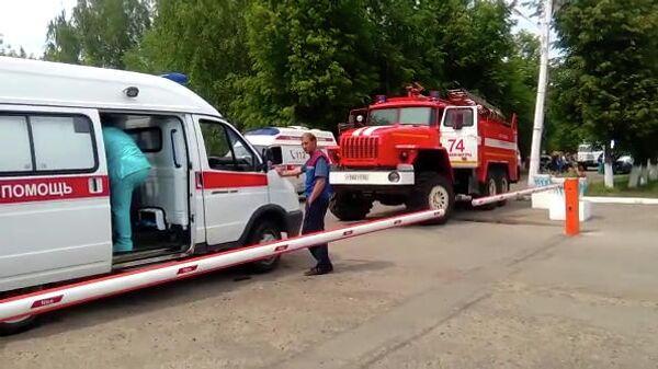 Автомобили скорой помощи и пожарной службы у проходной завода Кристалл в Дзержинске. 1 июня 2019