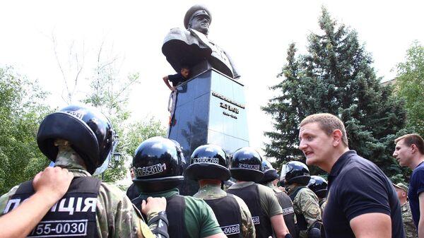 Сотрудники полиции стоят в оцеплении вокруг бюста маршала Георгия Жукова в Харькове во время попыток представителей националистических организаций повалить памятник. 2 июня 2019