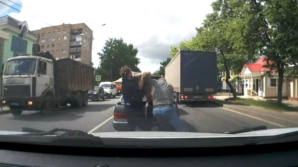 Нападение водителя джипа на мужчину в Подмосковье попало на видео